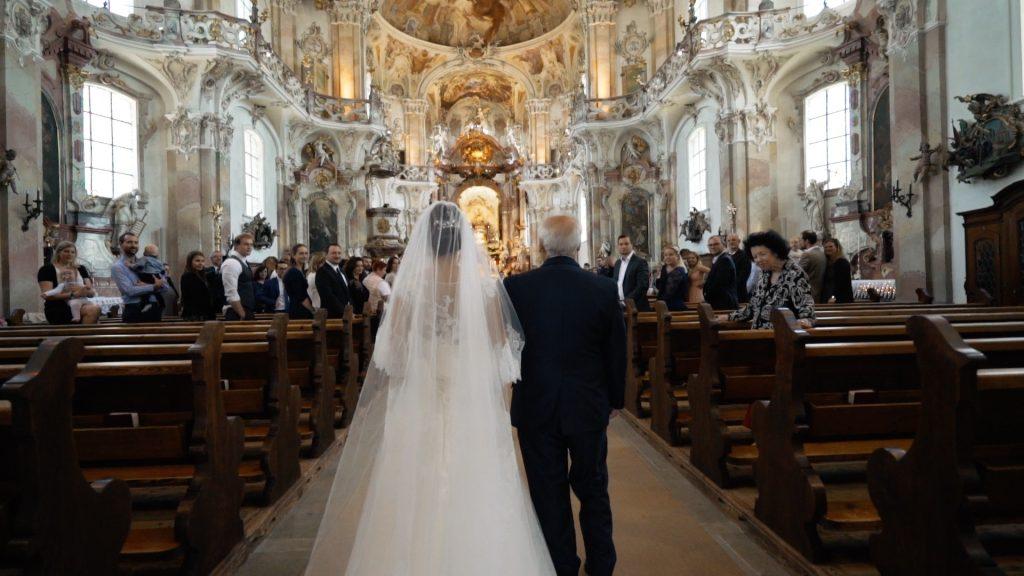 Braut beim Einzug in die Kirche