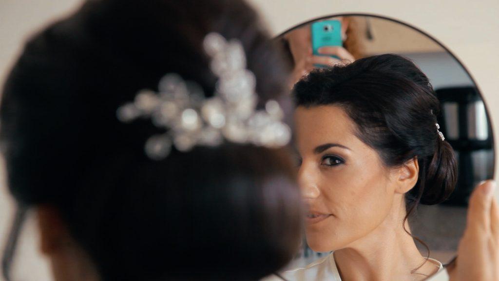 Braut im Spiegel mit fertiger Frisur